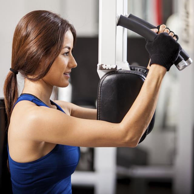 Pratimas su krūtinės treniruokliu